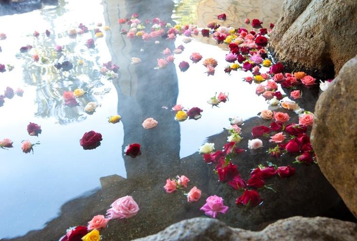 女性露天岩風呂「バラ湯」。毎日楽しめる香り高き「美」の空間をお楽しみください。