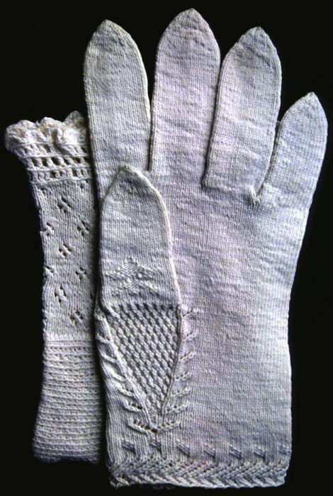 Vantar stickade i bomullsgarn, brudvantar, troligen 1800-talets första hälft.