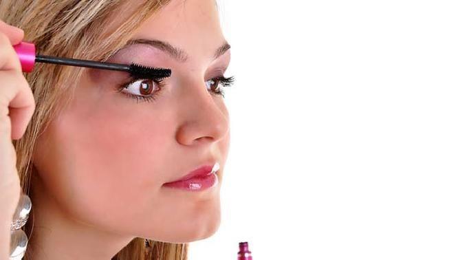 Trucos para disimular el reflejo de la edad en tus ojos http://adrianabetancur.com/#!/como-maquillarse-los-ojos-para-parecer-mas-joven/