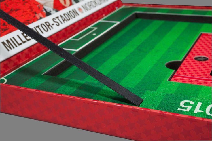Verpackungsdesign de luxe. Das Spielfeld wird mittels einer beklebten und konturgefrästen Schaumstoffplatte dargestellt. #verpackung #kreativeverpackung #verpackungsdesign