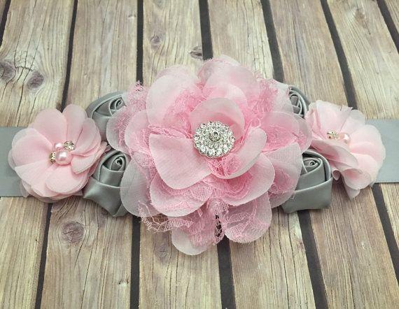 Esta hermosa rosa y gris faja maternidad será el toque final para cualquier mami que! Flores rosas y gris son agrupadas y terminadas con un botón del rhinestone.