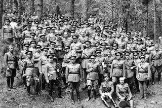 Spain - 1936. - GC - Franco con oficiales y jefes de las guarniciones de Canarias, en un almuerzo celebrado en el Monte de la Esperanza, tras unas maniobras.
