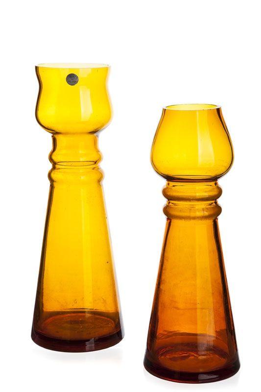 Para wazonów lata 70. XX w. Huta Szkła Zawiercie, proj. Maria Słaboń szkło sodowe, barwione w masie, cieniowane, większy wym.: 28,7 x 10 cm, mniejszy wym.: 25,5 x 9,5 cm
