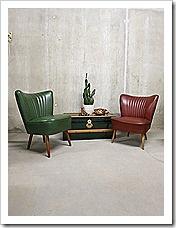 Absoluut 'happy colors' deze 2 vrolijke vintage design cocktail stoelen. Periode: jaren 50. Materiaal: houten poten met groene/ rode skai leren bekleding. Gezien de leeftijd nog in goede vintage staat ( klein 'scheurtje' in 'n hoekje maar niet storend ) Uniek en zeer speciaal in deze bijzondere kleurstellingen. Mooi om neer te zetten in een hotel lobby, winkel interieur of gewoon bij je thuis. www.bestwelhip.nl