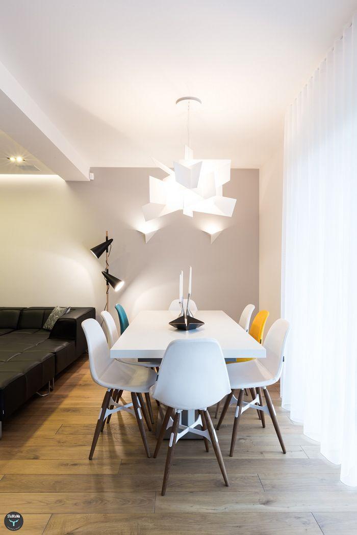 Jadalnia, biały stół, białe krzesła