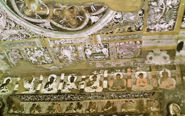 Le seul exemple qui nous montre le niveau remarquable des peintres de la période gupta est celui des grottes d'Ajantâ dans le Maharashtra (seconde moitié du ve siècle, , un sanctuaire rupestre bouddhiste dont les murs intérieurs sont décorés de peintures après avoir été préalablement recouverts d'un enduit spécial et de lait de chaux pour constituer un support exploitable pour les artistes (on traçait les dessins à main levée, puis on y ajoutait les couleurs)