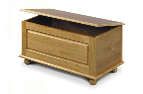 This Blanket Box is part of the contemporary Pickwick Bedroom Collection. The Pickwick collection is a timeless classic. Crafted from solid pine and presented in a luxurious antique finish Pickwick is a truly beautiful bedroom addition. Height: 45cm, Width: 90cm, Depth: 45cm.