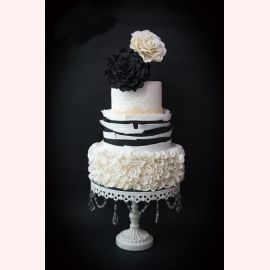 """Оригинальный свадебный торт """"Черно-белые розы"""""""