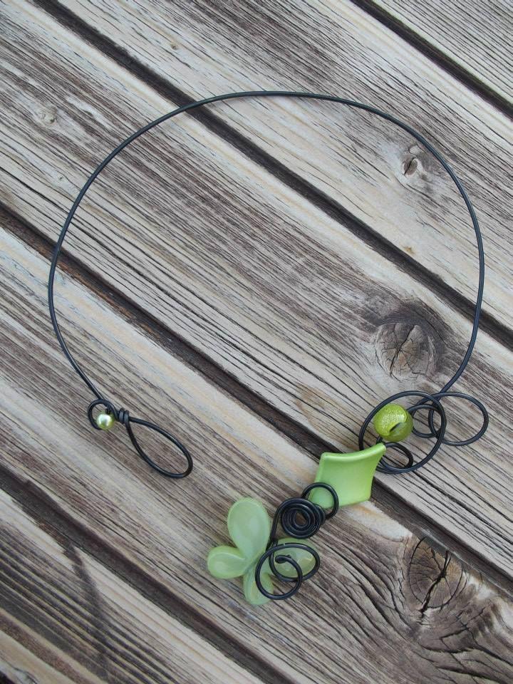 Collier n°059  En fil d'aluminium de couleur noir avec ses perles de couleur verte  Retrouvez ce modéle sur ma page facebook : https://www.facebook.com/olivia.creation.5