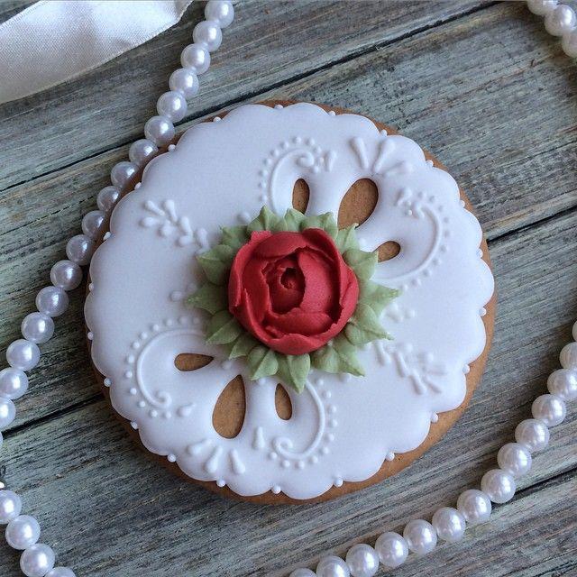 Ну и последний #пряникоспам на сегодня... Честно-честно . Уж очень мне они по душе... #подарок #пряники #пушкино #подругам #пряникимытищи #пряники_мытищи #пряникикоролев #пряники_королев #назаказ #нежная #ручнаяработа #роза #цветок #цветы #ручнаяработа #бусы #layner_cookies
