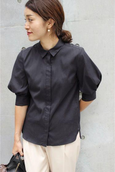 ソフトブロード パフシャツ  ソフトブロード パフシャツ 11880 2016AW LaTOTALITE ボリュームスリーブが今年らしいシャツブラウス かっちり見えがちなシャツを女性らしくこなしたLa TOTALITEらしい一枚でシンプルなパンツスタイルも品よく女性らしい着こなしに見せてくれます 身頃は程よくすっきりさせたシルエットなのでボトムインでも オフィスシーンにはもちろん今年はジャンスカやキャミワンピなどのインナーにもおすすめです 店頭及び屋外での撮影画像は光の当たり具合で色味が違って見える場合があります 商品の色味はスタジオ撮影の画像をご参照ください ホワイト屋外撮影着用スタッフ身長155cm 着用サイズ フリー ネイビー屋外撮影着用スタッフ身長160cm 着用サイズ フリー スタジオ撮影着用モデル身長159cm 着用サイズフリー