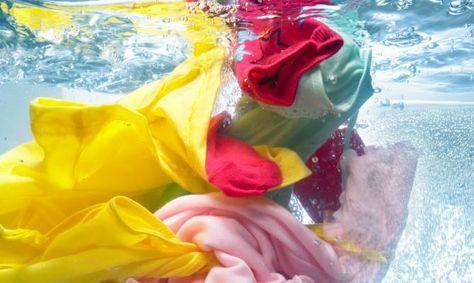 Wäsche entfärben: So verschwinden Verfärbungen und Grauschleier von Ihrer Wäsche.