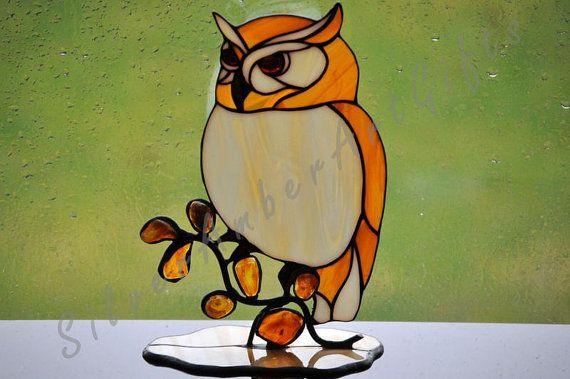 Gebrandschilderd glas uil - tiffany glazen vogel. Een decoratie met natuurlijke Baltische barnsteen.