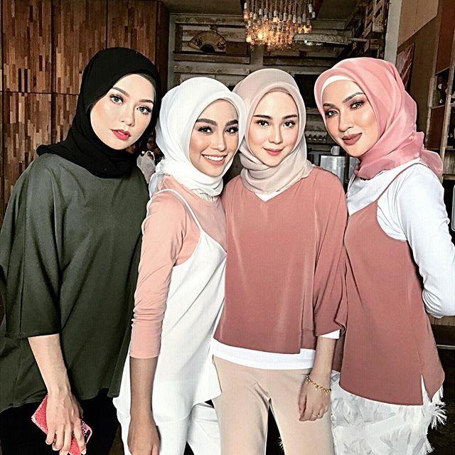 Dikelilingi perempuan cantik