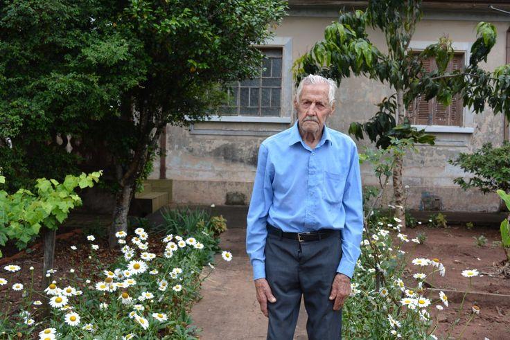 """Toninho Suman: 101 anos de boas histórias -     O veterano desta edição é o agricultor aposentado Antônio Suman Filho (101), chamado carinhosamente de """"Toninho Suman"""". Casado com Maria Helena Suman Buganza, pai de Maria de Lurdes, Jandira, Mariza, José Carlos e Jaime. Avó de dez netos e quatro bisnetos.  Há 70 anos, Suman mora - http://acontecebotucatu.com.br/geral/toninho-suman-101-anos-de-boas-historias/"""