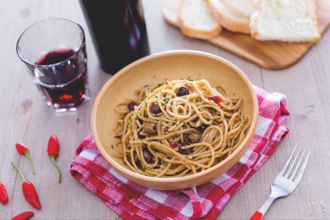 Gli spaghetti poveri sono un piatto dal gusto mediterraneo, semplice e veloce da realizzare con pochi ingredienti: alici, olive taggiasche e capperi!