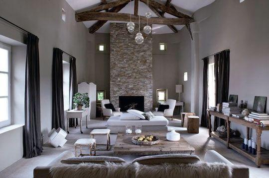 Bois brut et accessoires tout doux pour un salon très cocooning - Charmante maison 100 % modernisée - CôtéMaison.fr