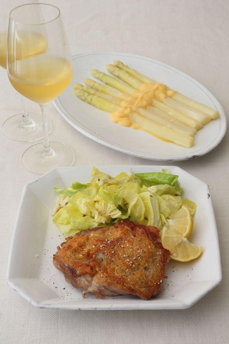 ごちそう野菜のホワイトアスパラガス。太くて立派なものが手に入ったら、一度は作りたいのがオランデーズソース。おいしいソースをたっぷりとかけたら、白ワインと一緒に少し贅沢な食事を。ていねいに料理を作ったら
