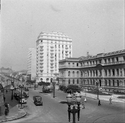 1940 - Avenidas Ipiranga com São Luiz . A direita o Instituto de Educação Caetano de Campos e no centro o Edifício São Luiz (n. 77 da avenida). Adiante a avenida Ipiranga segue em direção à rua da Consolação