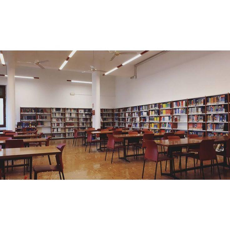 Buongiornissimo kaffeé!!1!  #librarian #biblioteca #library #monday #mondaymorning #noone #isanybodyhere #firenze #florence #biomedica #book #70s #light #minimal #vogliadistudiare0