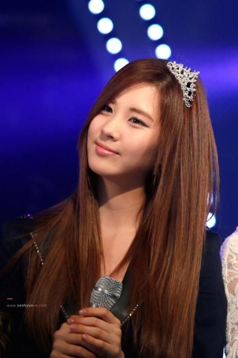 beautiful hair, beautiful tiara ... SNSD's SeoHyun cute Maknae