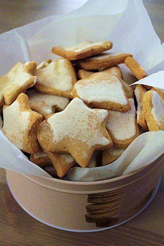 On ne peut définitivement pas imaginer des biscuits Noël sans penser aux biscuits déclinés sous de jolies formes symboliques de cette événement : étoiles, sapin, lune, ange, cœur, ... Le plus merveilleux c'est qu'en plus il y a sur le dessus de chacun ...