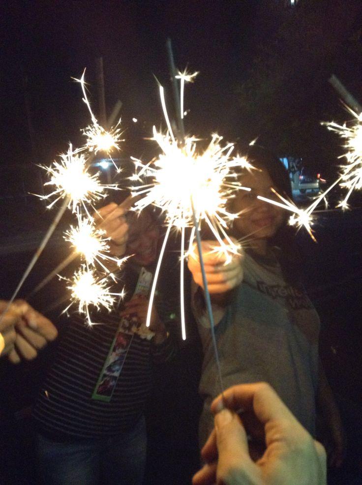 Meriahkan akhir tahun dengan kembang api, bareng temen.