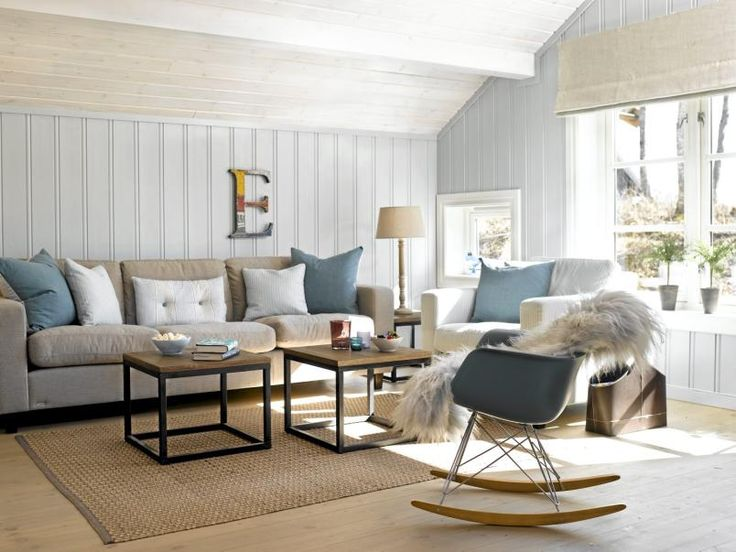The colors in the living room goes from white to beige and blue in different shades. This makes the room look tidy, even with many details.