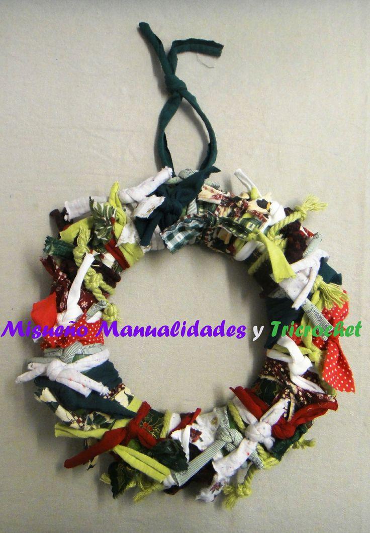 Corona de navidad hecha de tiras de trapillo y telas sobre una base de porexspan.  www.misuenyo.com / www.misuenyo.es y Facebook Tricrochet