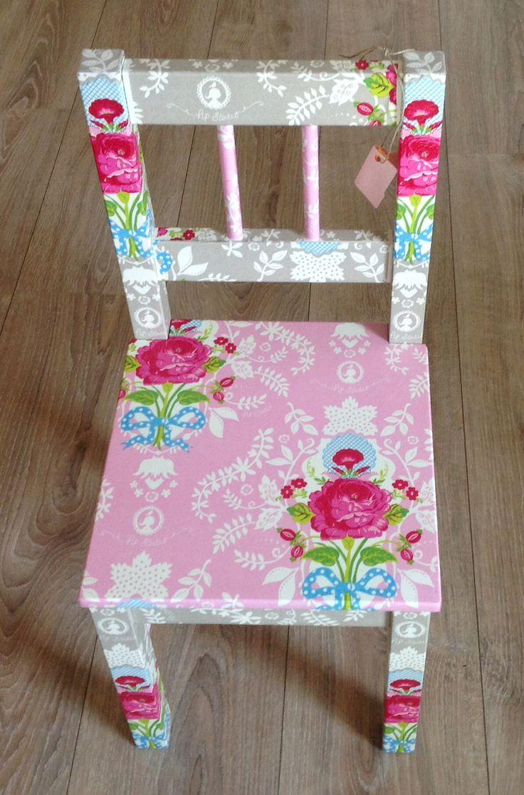 Servetten / napcins decopatche and vernisched. ;Wrijf een oude houten stoel af. Kleef er servetten op met hout- of behanglijm.
