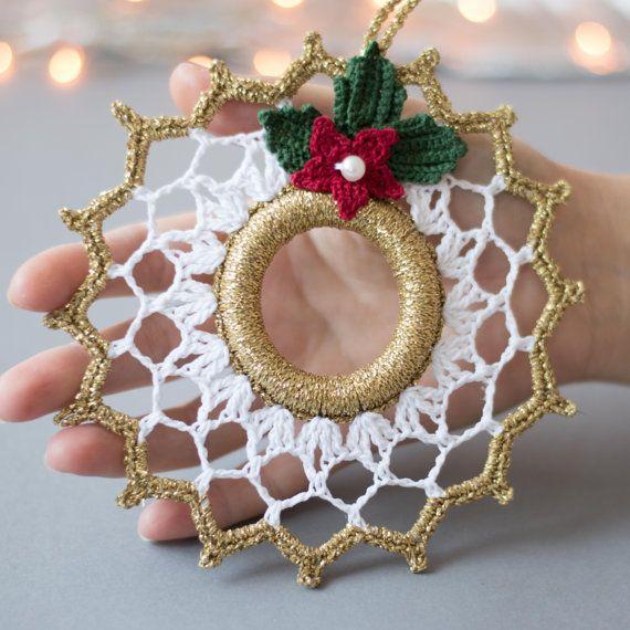 Schöne Häkeln Weihnachtskranz. Weihnachts-Dekoration. Gold weiß Dekor. Dieser Kranz ist 5,7(14 cm) im Durchmesser. Hand gestrickt mit qualitativ hochwertigen Baumwollfaden in eine rauchfreie und Pet-free Umwelt mit viel Liebe zum Detail. Es ist gestärkt und kommt sehr gut verpackt in einem stabilen Karton. Sie finden andere Weihnachtsschmuck und Geschenke für Ihre lieben: https://www.etsy.com/shop/SevisMagicalStitches?ref=l2-shopheader-name und einige gestrickte...