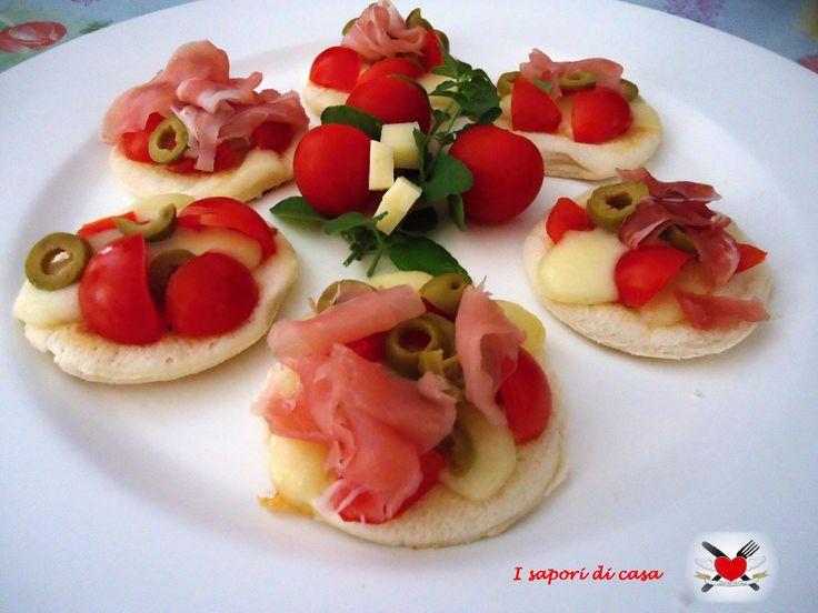 Pizzette di pancarre con asiago speck e pomodorini