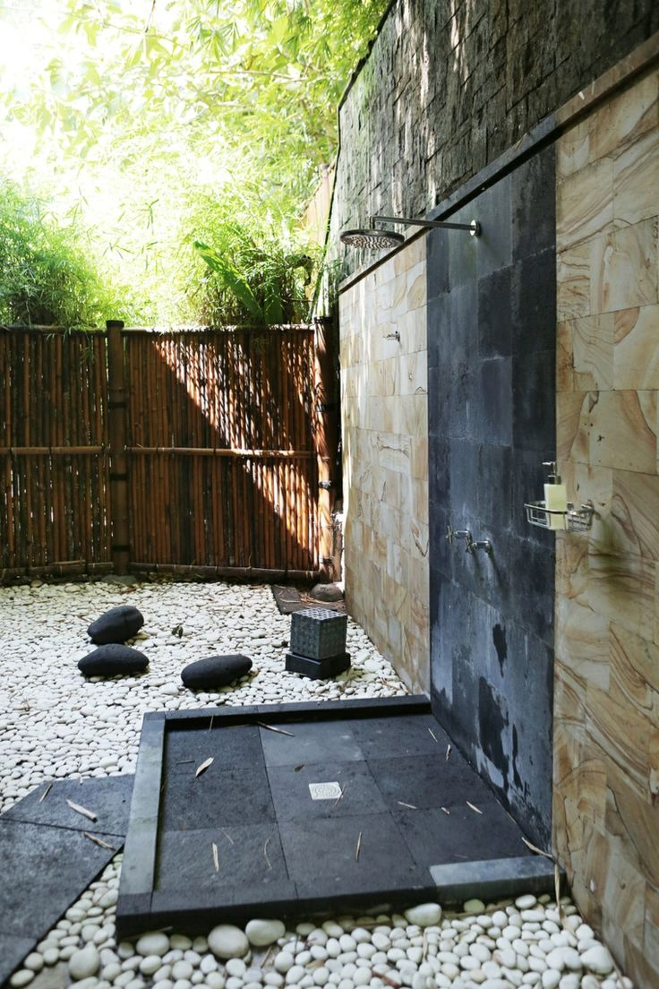 jardín de estilo zen con plato de ducha