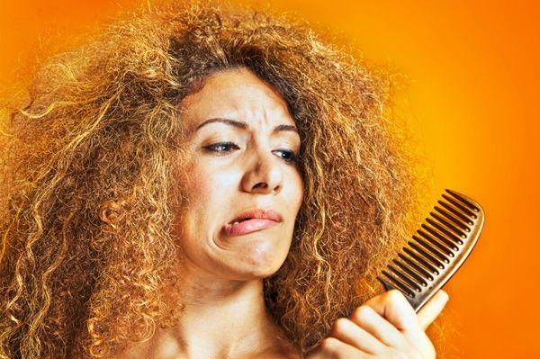 Les cheveux crépus peuvent être une telle douleur ! Heureusement, il y a quelques masques capillaires maison impressionnants pour les cheveux crépus qui peuvent être faits en quelques minutes et appliqués en toute sécurité pour debeaux cheveux soyeux !    Si vous avez des cheveux crépus, hors de contrôleet qui changent avec le temps, ne vous inquiétez plus !  Voici 3 masques très simples et économiques qui vont non seule...