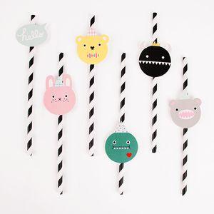 12 pailles à rayures noires imaginées par Noodoll et My Little Day. Les pailles sont fournies avec12 petites étiquettes en forme de monstres mignons à glisser autour de la paille pour la personnaliser.