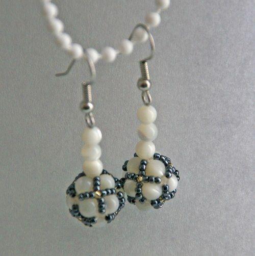 Korálky s perletí Drobné náušnice ušité z malých kuliček perleti (průměr 0,4 mm) a malých korálků (TOHO 15/0) v barvě antracitu a zlata.