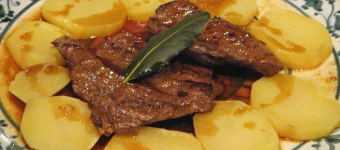 Iscas com elasis een zeer beroemde en traditionele Portugese lever met aardappelen gerecht. Deze fijn gesneden levers zijn gemarineerd met eenvoudige ingrediënten, deze eenvoud resulteer erin dat de levers hun eigen intense smaak en rijke textuur behouden.Iscas com elas worden geserveerd met gekookte gesneden aardappelen naar behoren zelfs uit de smaken.