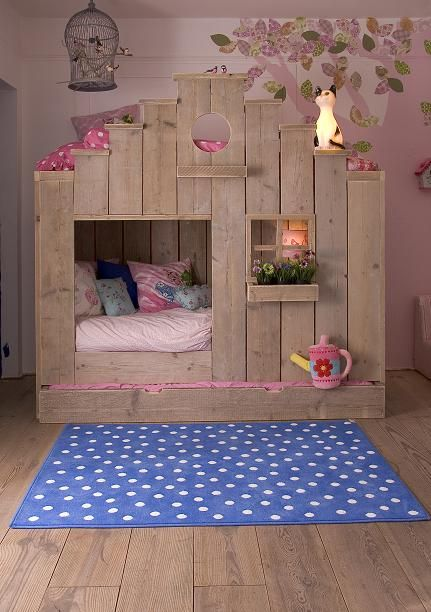 """""""treehouse"""" style bunk bed (something like this so Evie won't fall out on the bottom?)"""