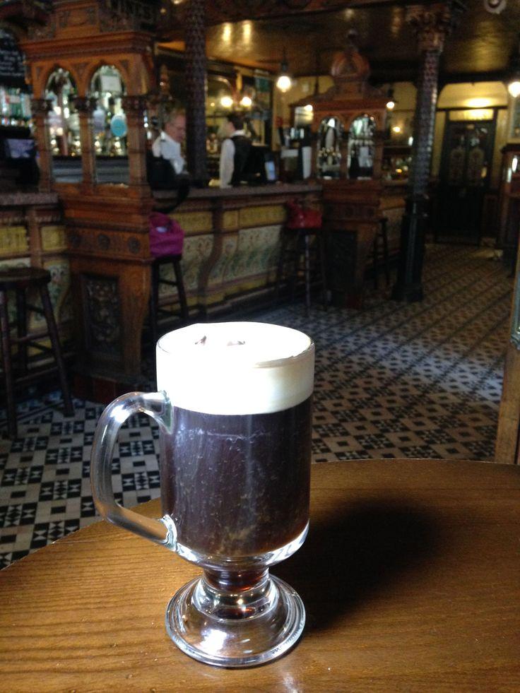 Bastano 50 ml di caffè ben caldo, 1 cucchiaio di zucchero di canna, e poi 30 ml di whisky e per finire un tocco molto dolce, ovvero 20 ml di panna montata.Ecco servito l'irish coffee, la tipica bevanda tanto amata in tutto il Paese.Lo hanno preparato in esclusiva per noi al The Crown Liquor Saloon, …