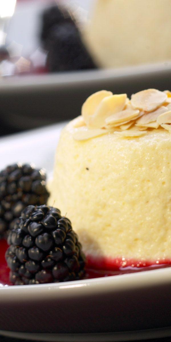Du bist noch auf der Suche nach einem passenden Dessert für dein Ostermenü? Dann ist diese cremige Grießflammerie mit Himbeersauce genau das Richtige für dich. Die Brombeeren eignen sich super als Deko.