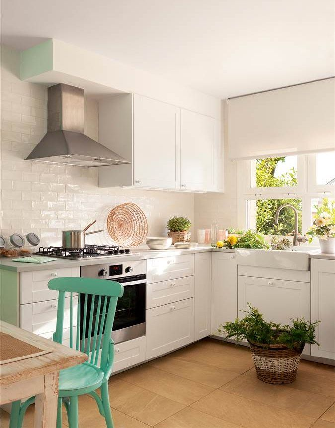 """Cocina blanca pequeña en """"L con office en el extremo pintado en verde"""