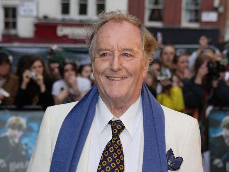 """Der Schauspieler Robert Hardy, bekannt aus den """"Harry Potter""""-Filmen und """"Der Doktor und das liebe Vieh"""", ist im Alter von 91 Jahren gestorben. Der britische Schauspieler Robert Hardy ist tot, wie die """"BBC"""" in Bezug auf seine Familie berichtet. Er starb am..."""