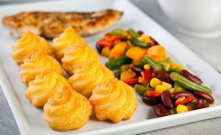 Csak meg kell főznöd a burgonyát, a többi már nem lesz nehéz feladat. Ha fenséges körettel szeretnéd meglepni családod, ezt próbáld ki! Hozzávalók: 1 kg burgonya, 4 tojássárgája, 1 egész tojás (a burgonyák lekenéséhez), 1/2 evőkanál liszt, 100 ml főzőtejszín, 60 g vaj, 1 kiskanál só, egy csipetnyi szerecsendió, bors.[...]