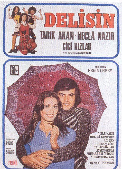 Tarık Akan bu filmde hipster gözlüğüyle fotoğrafçı olarak liselere takılmaktadır. Bir de kerametli şemsiyeyi unutmamak lazım tabii.
