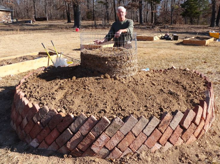 Introduction to building a keyhole garden -- A keyhole garden waters and fertilizes itself
