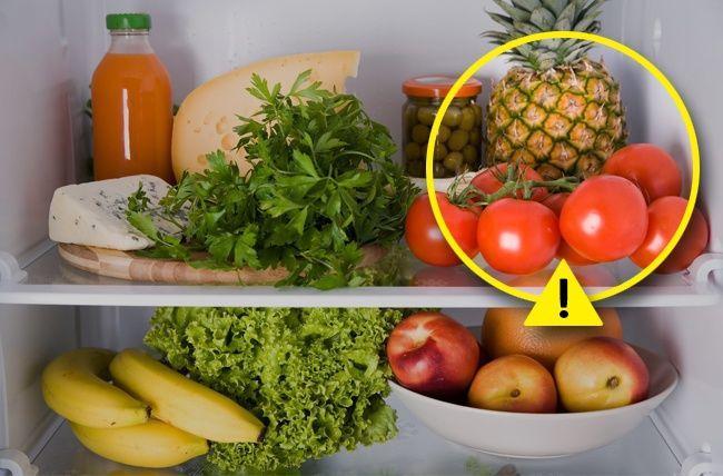 No todos los alimentos soportan el frío. Los tomates, la cebolla, el ajo, las patatas y muchas frutas tropicales como kiwi y mango, así como calabazas y berenjenas, se sienten mejor a temperatura ambiente. Al guardar estos productos en el refrigerador, no les alargas la vida, al contrario, los dañas.