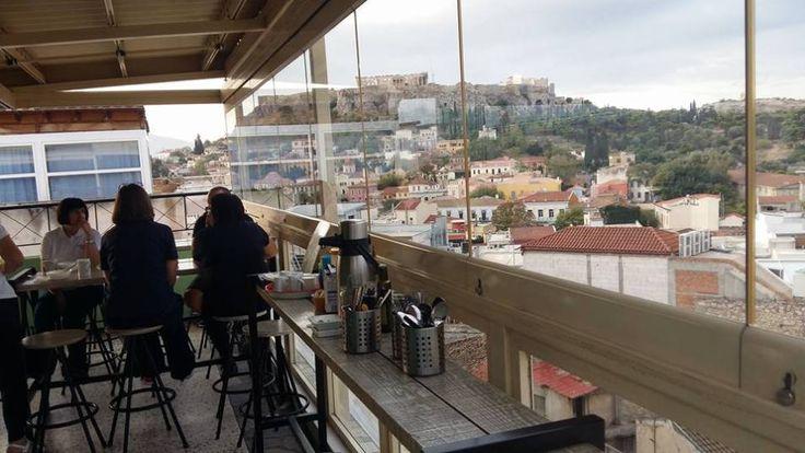 Καλοκαιρινά σαββατιάτικα πρωινά στην Αθήνα. Με άλλα λόγια, βόλτα στο ιστορικό κέντρο, παγωμένος καφές, θέα στην Ακρόπολη και μυρωδιά από αντηλιακό που απλώνεται από την Πλάκα ως το Μοναστηράκι. Για…