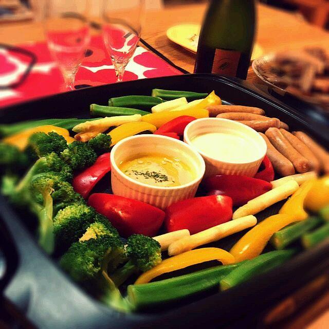 SnapDishに投稿されたyokoさんの料理「ホットプレートで バーニャカウダとチーズフォンデュY」です。「我が家の おうち居酒屋 では定番のバーニャカウダとチーズフォンデュをホットプレートでしてみたら ソースだけでなく野菜もあつあつで食べれて 家族にもこれいいね と好評でした v ー ソースもフォンデュ用のろうそくで温めるより煮詰まらず 最後まで美味しく食べれました」ホットプレート バーニャカウダ チーズフォンデュ
