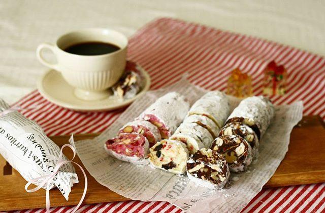 * チョコサラミ流行ってるみたいなのでとりあえず作りました😁  サラミって………まぁ似てなくはないけどなんかもう少し違う名前が……と思っていたら、北イタリアの伝統菓子だそうで、 Salame di cioccolato と、イタリアでもサラミと呼ぶのね💧  色々入れていいみたいなので、クリスマスのシュトーレンで残ったドライフルーツとかナッツとか、マシュマロとか玄米フレークなんかも入れて、混ぜて冷やすだけ🎵 クッキー入れるレシピもあるみたいですね。 美味しいものしか入ってないからね、味は保証済み😋  なんか、雪山で遭難したとき用に持っとくあのお菓子系な感じかな😁  ブラックコーヒーによく合います🙋 * * * * ∗  #おうちカフェ #チョコサラミ #サラミディチョコラート #チョコレート#手作りおやつ #スイーツ  #きらきらバレンタイン #ナッツぎっしり #ホワイトチョコ#ストロベリーチョコ#バレンタイン #クッキングラム#コッタ#デリスタグラマー#chocolate  #sweets #cookingram  #homemade #cotta…