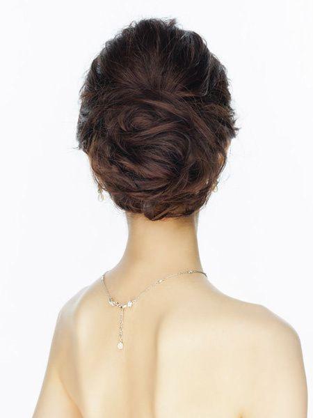 センターからサイドにふんわりと髪を流すとナチュラルな雰囲気に。トップを丸くまとめ、髪は下側にポイントを作り、上品に仕上げて。  >>「ハツコ...